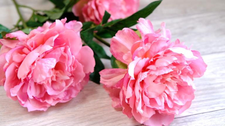 ピンクのウエーブがかかった美しい花びらが魅力の造花のピオニー
