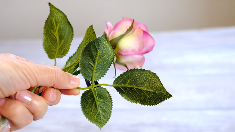 バラの葉裏。明るいグリーンに葉脈があるアーティフィシャルフラワー