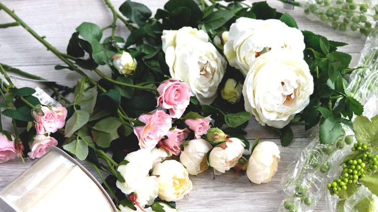 白のキャベッジローズとピンクの薔薇や、丸い小さな白い薔薇たち。