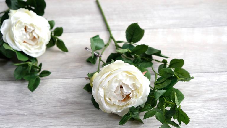 白い大きな薔薇は、フラワーインテリアのメイン花材に向いている。
