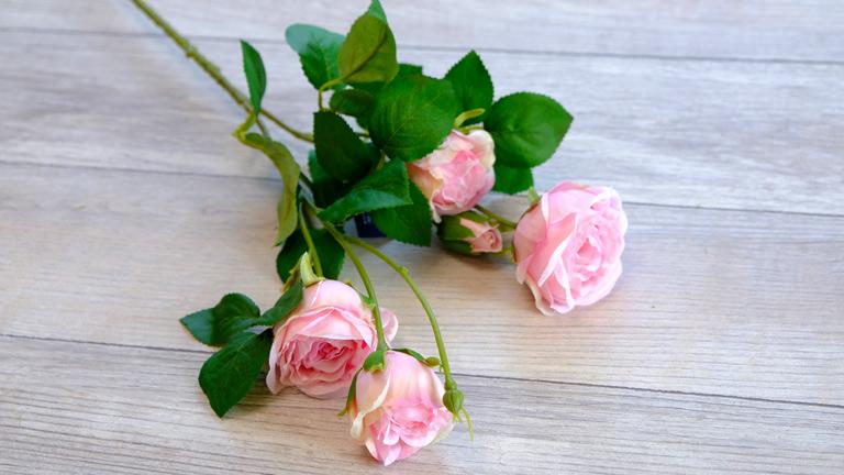 ピンクの5~7cmの造花のバラ。
