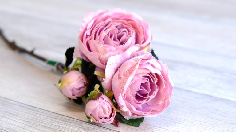 薄紫ピンクの丸形バラ。花びらに、ラメが付いていて豪華。