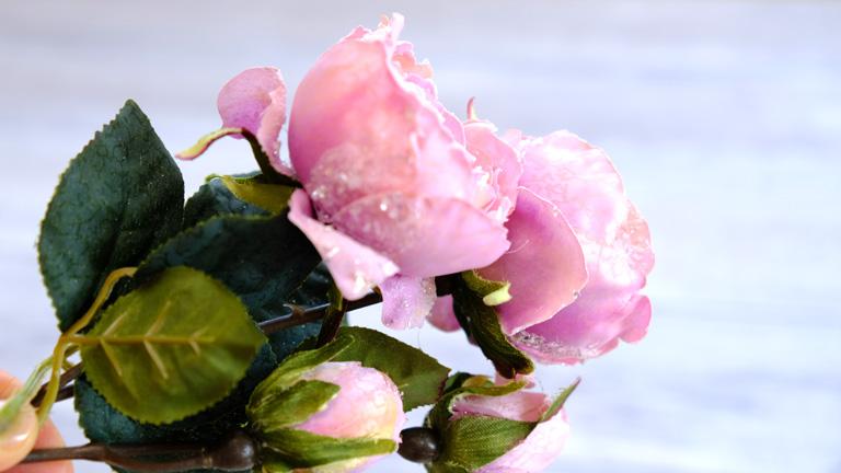 MAGIQのFX-8700ローズは、ラベンダーピンクで繊細な花びら。クリスマスフラワーアレンジメントにもおすすめ。