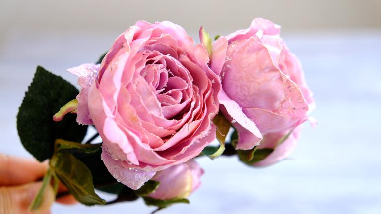 青みピンクで、花びらが多いエレガントなバラ。花びらには、ラメがついていて、時々キラリと光る。東京堂のFx-8700。