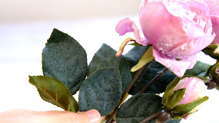 濃いグリーンの葉の葉脈が美しいピンクのラメ入りローズ。