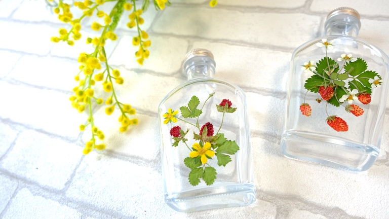ハーバーリュームのガラスの瓶にヘビイチゴをデザイン