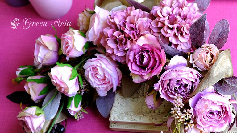 紫実のピンクとライトピンクに黒い葉とグレイッシュレッドのラムズイヤーの入ったクレッセント形壁掛けフラワーインテリア