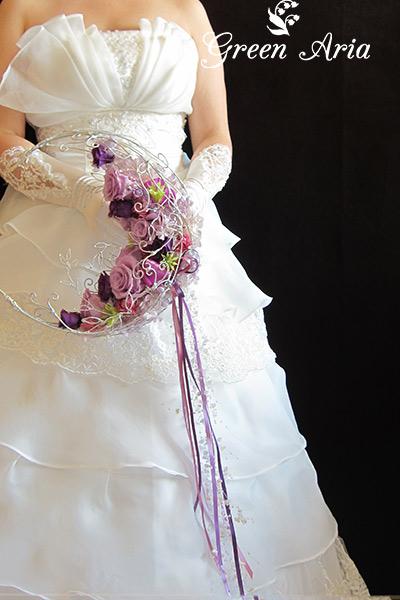 紫の三日月形ブーケを持った新婦