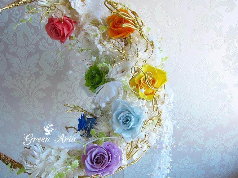 7色のバラの入った三日月ウエディングブーケのアップ