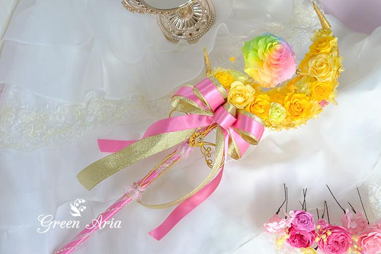 黄色の三日月のステッキブーケ虹色のバラが綺麗