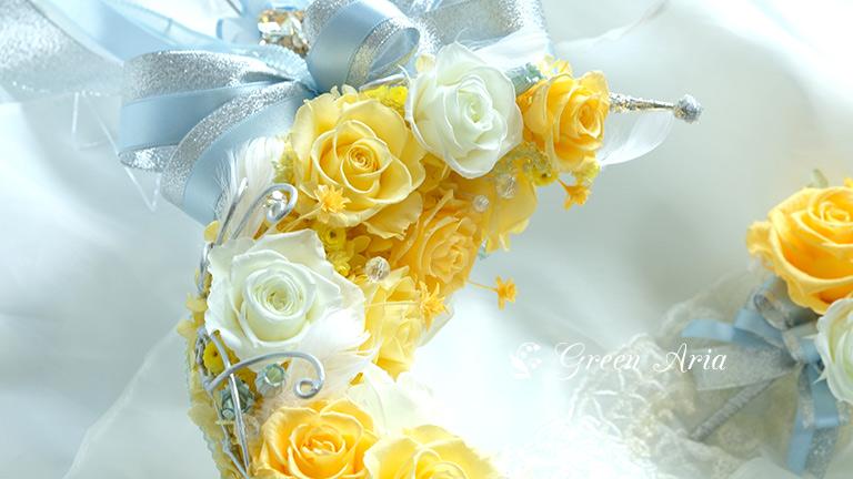 三日月スティックブーケムーンスティックブルーのお花のアップ。アイボリー系のバラとイエローのグラデーションのバラ、星のようなイエローの小さなお花が飛んでいるよう。