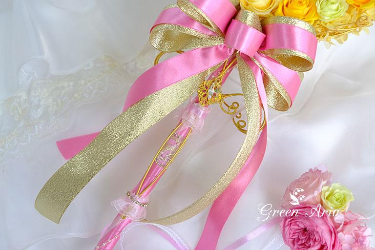 ピンクとゴールドのリボンのついたポール