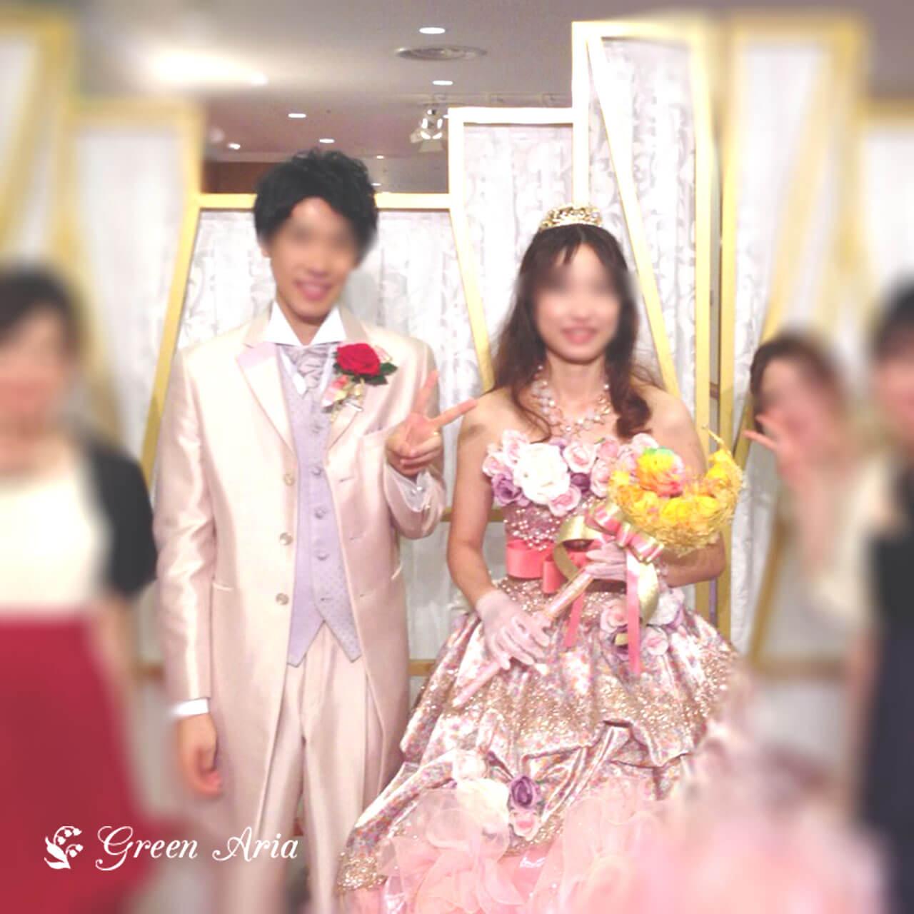 セーラームーンが大好きな新婦様がピンクの光沢のあるドレスにイエローの三日月にスティックが付いたウエディンブーケを持っている。