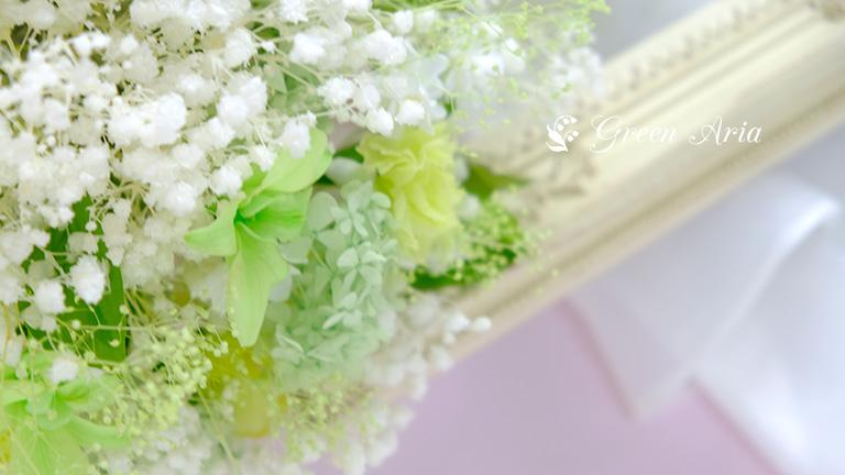 かすみ草のウエディングブーケの中のグリーンのグラデーションのお花たち