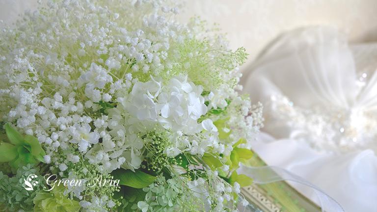 かすみ草のウエディングブーケのアップと白いドレス