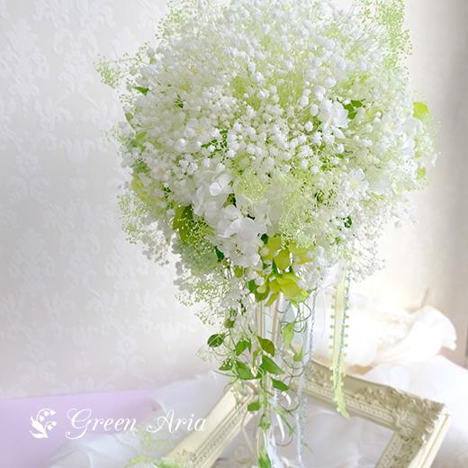 白いかすみ草と合間に見えるグリーンのお花。丸く美しい花束から、流れる葉っぱが可愛い。