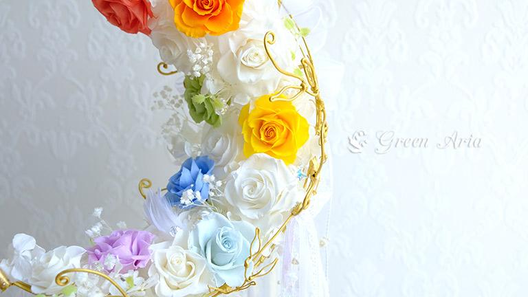 白い三日月に7色のバラが入ったせーラームーンファン憧れのウエディングブーケは、七色のバラが入ってとても可愛いブーケ。バラも綺麗に開いていて美しいです。
