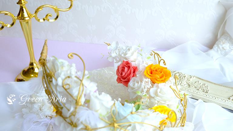 ゴールドのフレームに入った白いバラは三日月形になり、赤やオレンジ、ブルー、イエロー、パープルのバラが入ってとてもキュートなウエディングブーケ。ゴールドのワイヤーフレームは、ツルのようなデザインでエレガント。