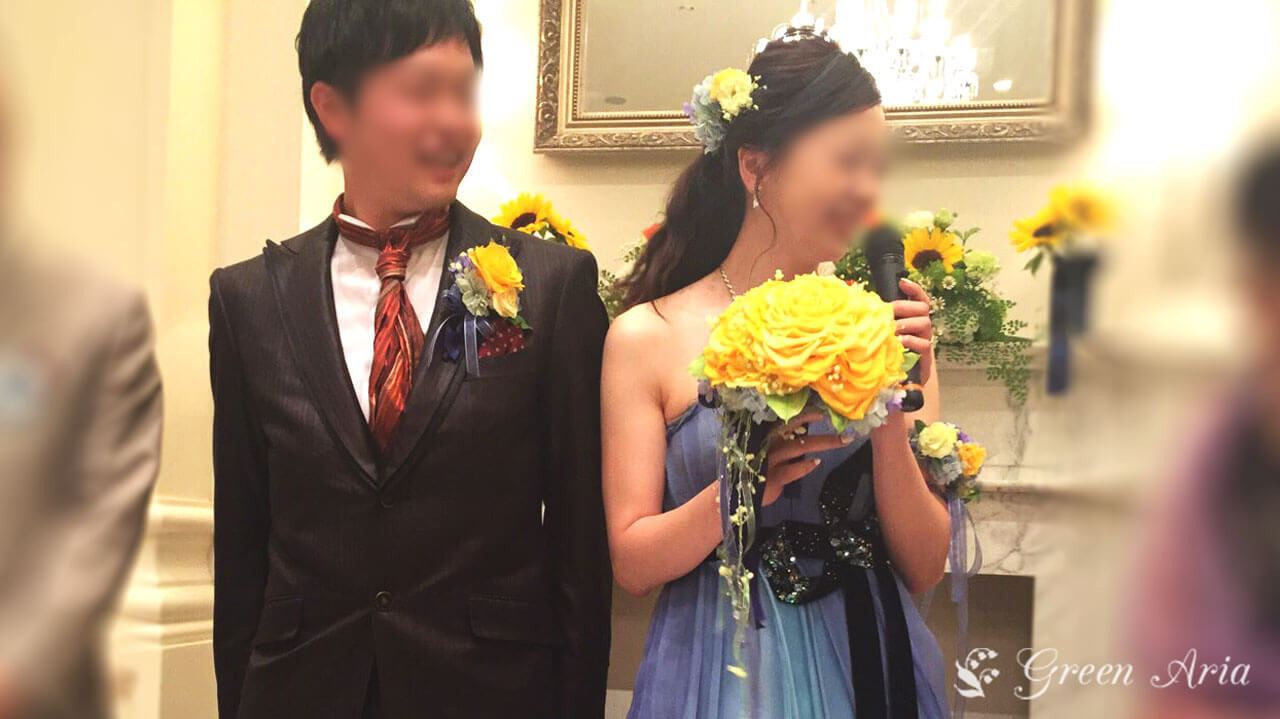 イエローローズメリアのブーケを持つ青いドレスを持った新婦様