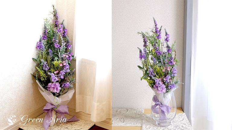 2枚の写真。ラベンダーのスワッグが床の角に立てかけられている。暗い角があかるくなっている。透明の花瓶に収まり花束のように飾られているラベンダーのスワッグは、おしゃれなフラワーインテリア