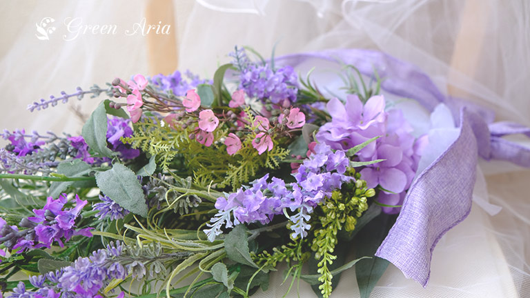優しいラベンダーの紫色で癒やされるスワッグ