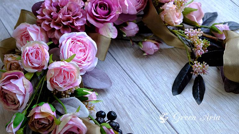 黒っぽい葉っぱは、ピンクのバラの引き立て役。アンティークなアーティフィシャルフラワー造花のアレンジメント。
