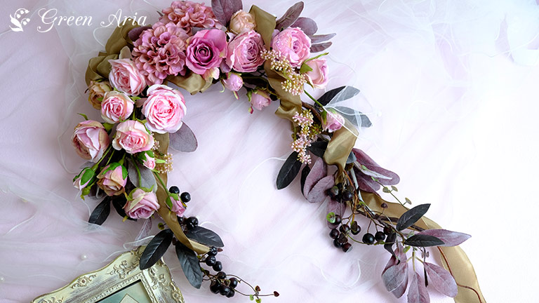 クレッセントの壁掛け。モーブピンクのダリアと美しいピンクのグラデーションのバラが魅力的。アンティークが好きな女性に好まれる色合いです。