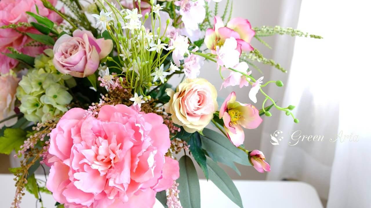 大きなピンクの芍薬はオレンジとピンクのグラデーションでとても美しい。花びらもウエーブがかかっていて本物そっくり。美しいフラワーアレンジメント。