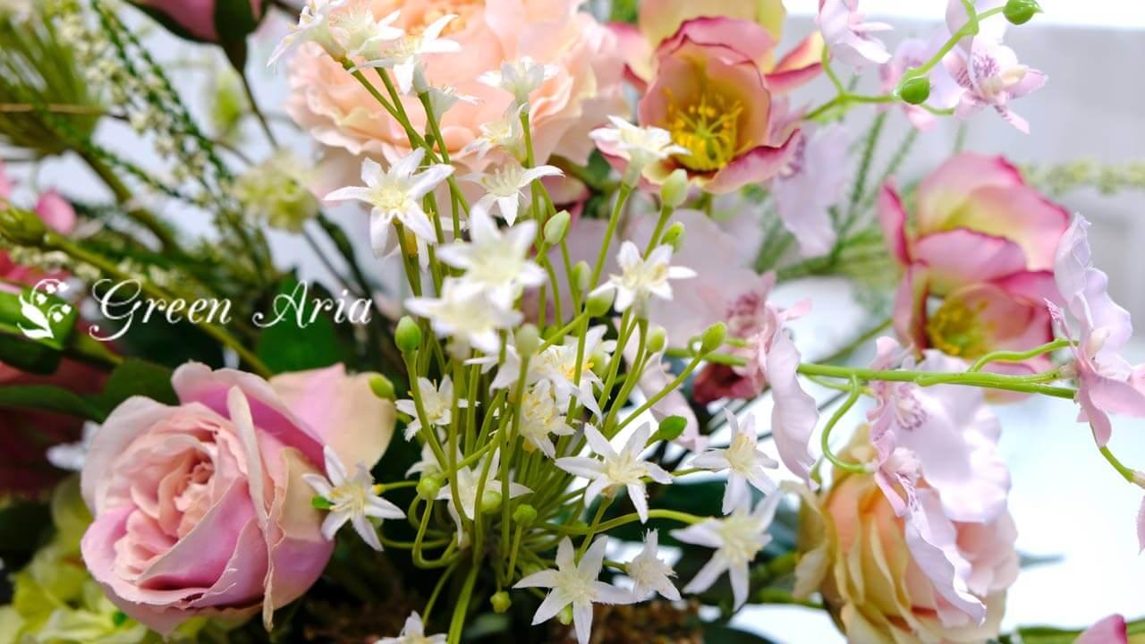 白い小さなお花がまとまって咲くオオアマナ。造花のアレンジメントがリズムあるアレンジメントに。