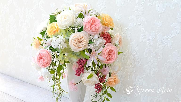 左右に流れるバラが魅力的なプリザーブドフラワーアレンジメント。ホワイトとピンクの丸バラ、ピンクのペッパーベリーがエレガントで可愛い印象です。